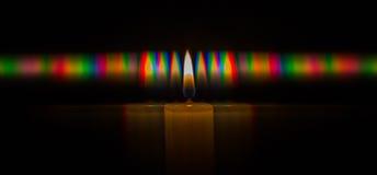 烛光焰光的绕射图的照片,包括滤栅获得的很大数量的衍射顺序 免版税库存照片