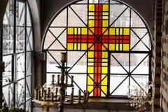 烛台和十字架在教会里 库存照片