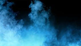 烟、雾和聚光灯在黑暗的背景中 库存例证