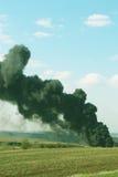 黑烟上升,抽烟和污染-垂直的照片 库存图片