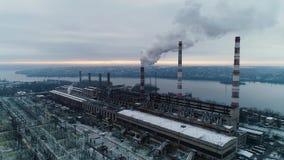 烟从在大工厂,空中射击的巨额管子出来 股票录像