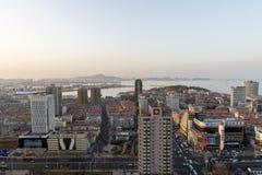 烟台与住宅和商业复合体的港口口岸看法在前景 汉字描述海鲜a 库存图片