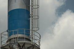 烟囱发布热和污染给大气在工厂 库存照片