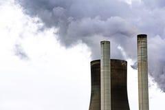 烟囱和能源厂通入蒸汽的灰色clou的一个冷却塔 免版税库存照片