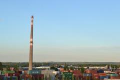 烟囱在工业区 图库摄影