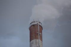 从烟囱的烟 免版税图库摄影