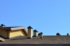 烟囱的现代屋顶和装饰 灵活的沥清或板岩木瓦 缺乏腐蚀和结露由于t 免版税库存照片
