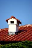 烟囱红色屋顶 免版税库存照片
