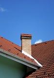 烟囱红色屋顶 免版税图库摄影