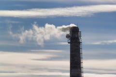 烟囱,耸立反对与云彩的天空蔚蓝 库存照片