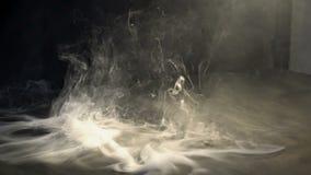 烟在天空中盘旋了反对黑背景 影视素材