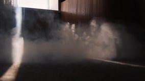 烟在屋子里横跨地板传播通过阳光小条  火的起点在公寓的在mi 股票视频