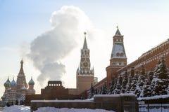 烟在红场的列宁` s坟茔上上升 库存照片