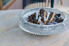 烟头在烟灰缸 免版税库存图片