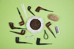 烟斗和管子抽烟的辅助部件 顶视图 库存图片