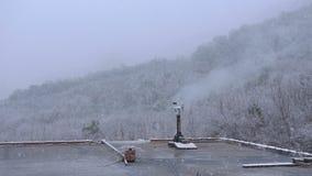 烟来自在屋顶的管子在冬天在期间降雪 股票录像