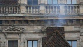 烟来自房子的老砖烟囱 在屋顶的管子在纽伦堡的历史中心 影视素材