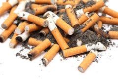 烟灰缸充分接界香烟香烟 免版税库存照片