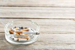 烟灰缸充分接界香烟香烟 库存照片