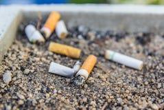烟灰缸接界香烟 免版税库存图片