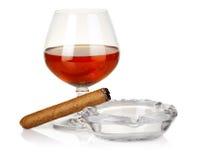 烟灰缸雪茄查出的科涅克白兰地玻璃 免版税库存照片