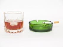 烟灰缸香烟玻璃威士忌酒 图库摄影