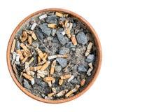 烟灰缸香烟由赤土陶器制成 隔绝在白色后面 库存图片