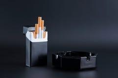 烟灰缸香烟装箱 免版税库存照片