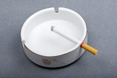 烟灰缸香烟 库存图片