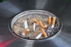 烟灰缸witn cigarat 免版税库存图片