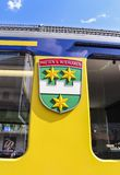 烟特勒根徽章在伯尔尼高地铁路火车一边的 图库摄影