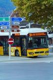 烟特勒根,瑞士- 2017年10月17日:黄色公共汽车运输 免版税图库摄影