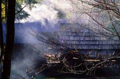 烟的地道农村房子反对狂放的自然背景  喀尔巴阡山脉,乌克兰,拷贝空间, 库存图片