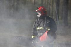 烟的消防队员 免版税库存图片