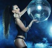 烟的舞蹈家女孩与迪斯科球 免版税图库摄影