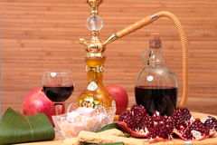 水烟筒、酒和甜点 免版税库存图片