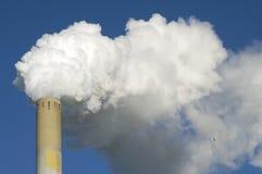 从烟筒的二氧化碳排放煤电植物 免版税库存照片