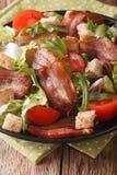 烟肉、蕃茄、油煎方型小面包片和莴苣特写镜头辣沙拉在a 图库摄影