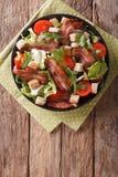 烟肉、蕃茄、油煎方型小面包片和莴苣特写镜头辣沙拉在a 免版税库存照片