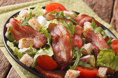 烟肉、蕃茄、油煎方型小面包片和莴苣特写镜头辣沙拉在a 免版税图库摄影