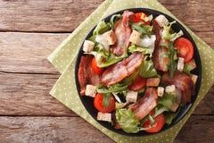烟肉、蕃茄、油煎方型小面包片和莴苣特写镜头辣沙拉在a 免版税库存图片