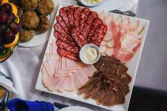 烟肉、香肠、火腿和冷盘在早餐 免版税库存照片