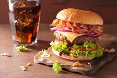 烟肉乳酪汉堡用牛肉小馅饼蕃茄葱可乐 免版税库存照片