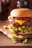烟肉乳酪汉堡用牛肉小馅饼蕃茄葱可乐 库存图片
