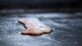 烟肉切片特写镜头在一个热的格栅烤的 一位厨师在一个专业厨房油煎并且转动烟肉切片 影视素材