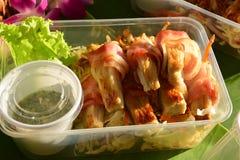 烟肉卷用烤的enoki蘑菇 免版税库存图片