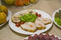 烟肉和意大利辣味香肠、菜和乳酪 免版税库存照片