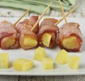 烟肉和菠萝开胃菜 库存图片