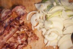 烟肉和葱切片 图库摄影