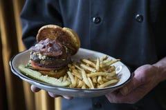 烟肉和青纹干酪汉堡包 免版税库存照片